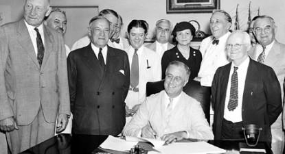 A assinatura do Social Security Act pelo President Franklin D. Roosevelt, a 14 de Agosto de 1935 (F: Associated Press, via Finding Dulcineia). Ver ainda declarações de Franklin D. Roosevelt.