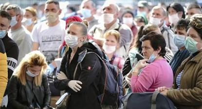 Trabalhadores romenos aguardam a entrada no aeroporto para embarcarem para a Alemanha. Foto A LEncontre.