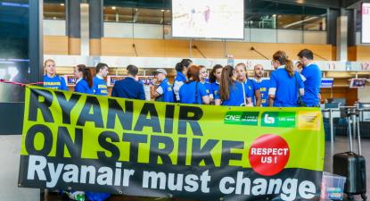 """""""Ryanair em greve – Respeitem-nos! Ryanair deve mudar"""", faixa empunhada por trabalhadores e trabalhadoras da Ryanair no aeroporto de Charleroi, na Bélgica, em 25 de julho de 2018 – Foto de Stephanie Lecocq/Epa/Lusa"""