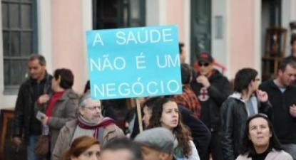 """""""A Saúde não é um negócio"""", faixa numa manifestação - Foto Paulete Matos"""