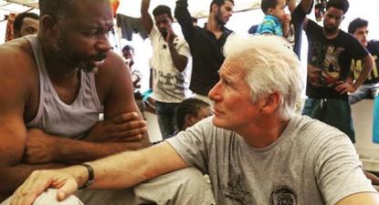 O ator Richard Gere em visita a semana passada aos migrantes apeados no Open Arms. Foto: elperiodico_cas/Open Arms/Instagram.
