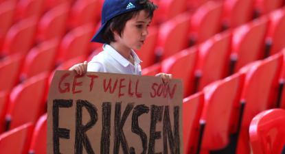 Criança levanta cartaz de solidariedade com o jogador dinamarquês Christian Eriksen, durante o jogo Inglaterra-Croácia, 13 de junho de 2021 – Foto de Catherine Ivill/Epa/Lusa
