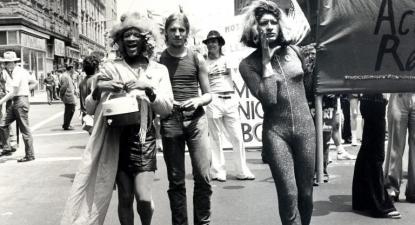 Marsha P. Johnson e Sylvia Rivera na Parada de 1973, desobedecendo à expulsão.