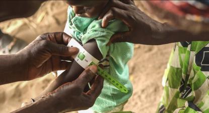 Um membro dos Médicos sem Fronteiras mede o perímetro braquial de uma criança. Foto de Elise Mertens, via msf.org.