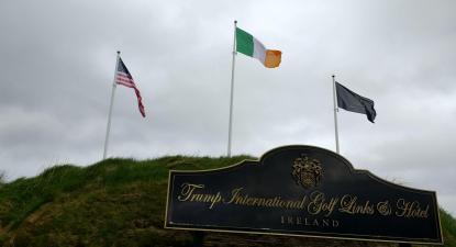 Entrada da estância de golfe de Trump na Irlanda. Foto de Whoisjohngalt/wikimedia commons.
