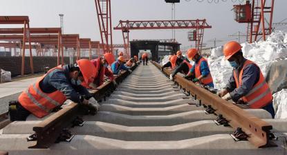 Trabalhadores na construção de uma ferrovia. Foto de China Labour Bulletin.