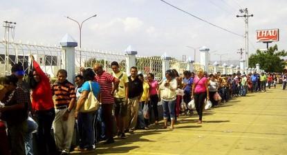 Fila para a compra de alimentos na Venezuela - A redução das importações de alimentos, medicamentos e produtos médicos e o desmantelamento progressivo de programas sociais gerou uma crescente crise social