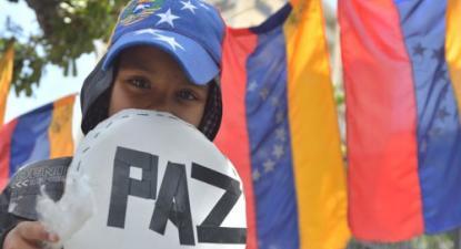 """Fotografia: académicos, intelectuais e ativistas sociais apelam, à escala latino-americana e internacional, ao fim da violência e ao """"diálogo político e social"""" na Venezuela, 2017."""