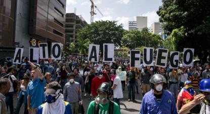 """""""Cessar-fogo"""", palavra de ordem escrita em pancartas em manifestação em Caracas, 26 de maio de 2017 – Foto de Cristian Hernandez/Epa/Lusa"""
