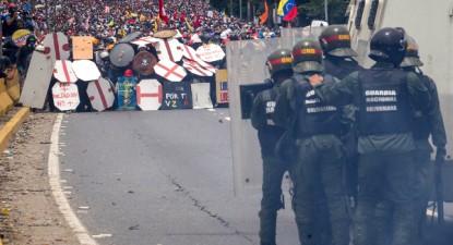 Polícia Nacional da Venezuela reprimiu duramente uma gigantesca manifestação convocada pela MUD para quarta-feira, 3 de maio de 2017 – Foto de Miguel Gutierrez/Epa/Lusa