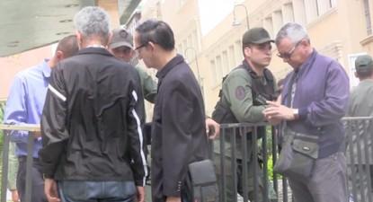 Plataforma cidadã em Defesa da Constituição da República Bolivariana da Venezuela entregam documento ao CNE na rua, impedidos pela GNB