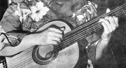 Violeta Parra no La Scala, em Paris, 1953. Foto de www.fundacionvioletaparra.org.
