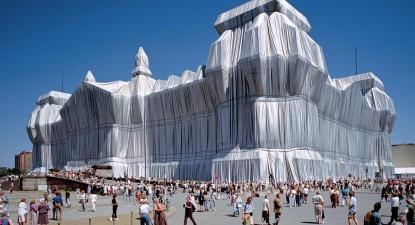 Wrapped Reichstag, obra de Christo e Jeanne-Claude em 1995, foto de Wolfgang Volz