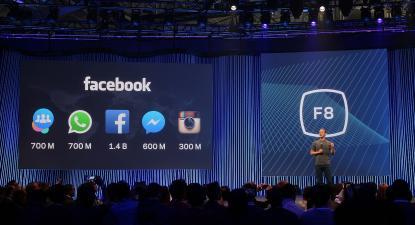 Mark Zuckerberg ao lado do número de utilizadores do Facebook, Instagram, WhatsApp, Messenger, e Groups, em Março de 2015. Foto de Maurizio Pesce / Wikimedia.