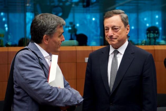 Euclides Tsakalotos com Mario Draghi, presidente do BCE. Fonte: A l'encontre.