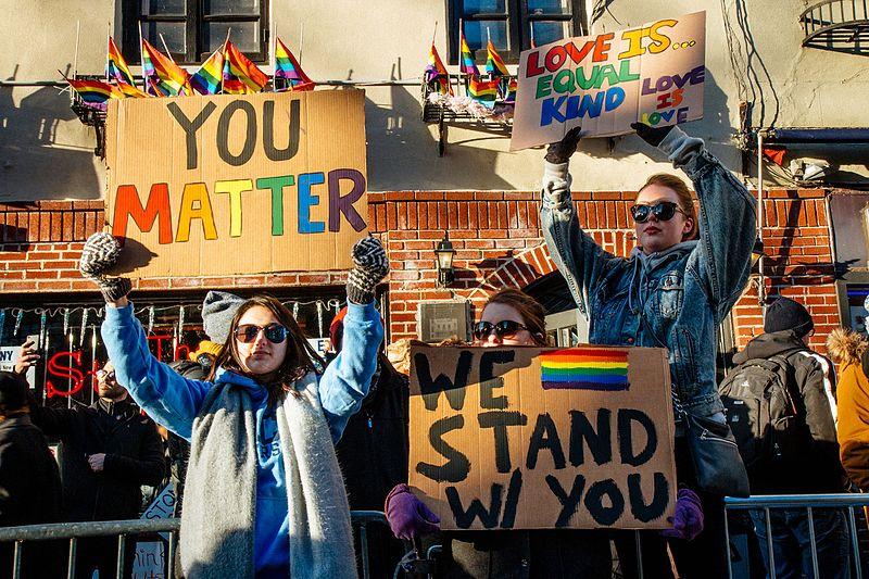 Comício em frente a Stonewall Inn, em solidariedade com todos os imigrantes,  requerentes de asilo, refugiados e todas as pessoas afetadas pelas políticas de Donald Trump, 4 de fevereiro de 2017 – Foto de mathiaswasik/wikipedia