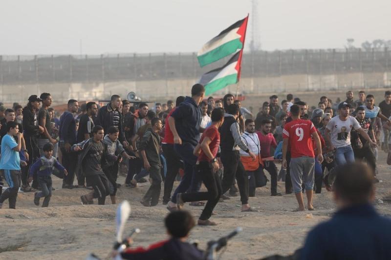"""""""Quando os Palestinianos procuraram demonstrar-se pacificamente e deram início à Marcha de Retorno foram recebidos com violência que levou à morte de 214 pessoas"""" - Palestinianos reúnem-se na cerca de separação para a Grande Marcha do Retorno, 8 de novembro de 2019 – foto Mohammed Asad/Monitor do Oriente"""