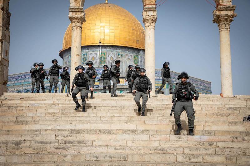 Polícia israelita usa gás lacrimogéneo, balas de borracha e granadas de choque para dispersar os palestinianos que estavam no complexo da mesquita de Al-Aqsa em Jerusalém Oriental em 10 de maio de 2021 – Foto de Agência Eyad Tawil / Anadolu, publicada em Monitor do Oriente, monitordooriente.com/