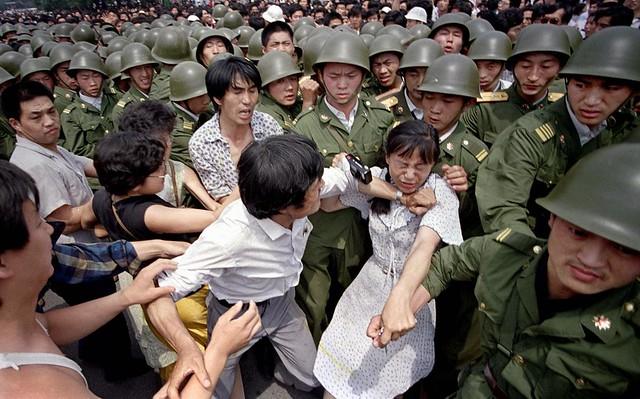 a presença dos estudantes na Praça Tiananmen começou a causar grande preocupação para o Partido Comunista, com medo de voltar ao período de domínio das multidões durante os dias da Revolução Cultural