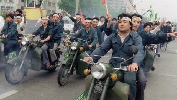 Deng, veterano político e estratega consumado, captou de imediato a natureza do problema: se os protestos estudantis se estendiam aos trabalhadores, a situação seria desastrosa para o PCC