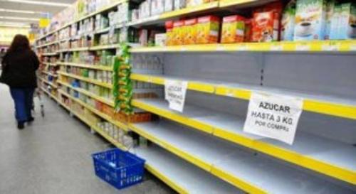 Famílias com rendimentos estáveis e empregos formais estão a contrair dívidas até ao limite máximo dos cartões de crédito para adquirir alimentos. As suas dificuldades aumentam com a dolarização dos preços que, desde outubro de 2016, o governo autorizou